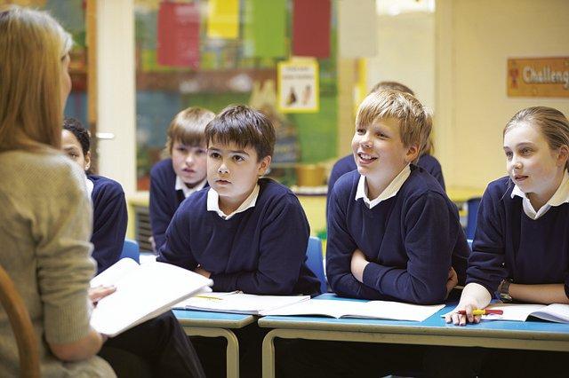 Mii de părinți, alarmați de un nou asalt ideologic în școli, pun presiune pentru adoptarea unei legi de protecție a drepturilor parentale